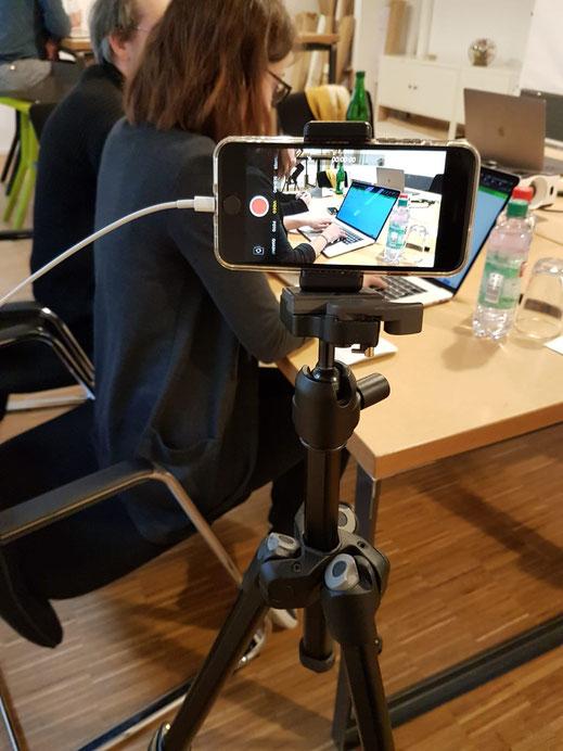 Mona bei der Vorbereitung für ein Usability-Testing