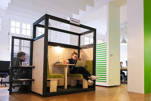 Unser 2bit-Raum im Eingangsbereich zum Warten, Austauschen und Arbeiten.