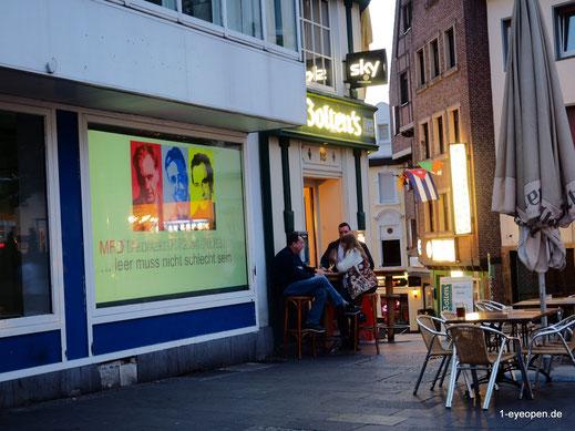 """""""MFD"""" Beamer Projektion einer Video und Foto Präsentation mit Kunstwerken hiesiger Fotografen und Malern,  sowie einer Werbebotschaft die Ihre Lokalität anpreist, als auch eine Verbundenheit zur Stadt darstellt und das in den Tagen an denen die Dunkelheit"""