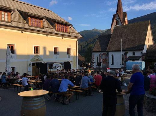 Die besten Veranstaltungen am Dorfplatz in Liesing im Lesachtal beim Auftritt von Olmfätt im August