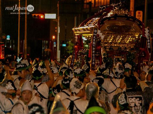 8基の神輿のうち異なったオーラを放つ切妻唐破風型の御霊宮神輿 ⓒreal Japan'on