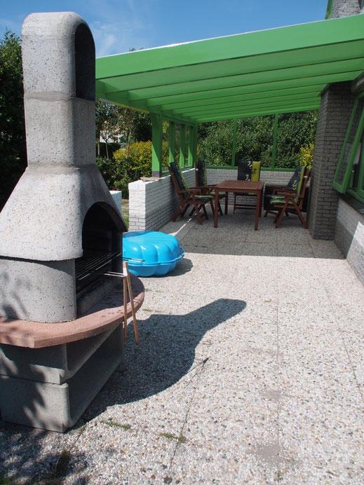 Der robuste Grill ist direkt an der Terrasse.