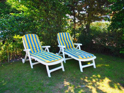 Zu jeder Tageszeit gibt es rund um das Haus mit eingewachsenem Grundstück schattige Plätze zum Sitzen, Liegen und verweilen....