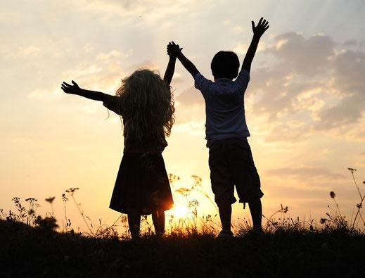Fröhliche Kinder auf einer Wiese