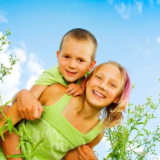 Zwei lachende Kinder in der Natur