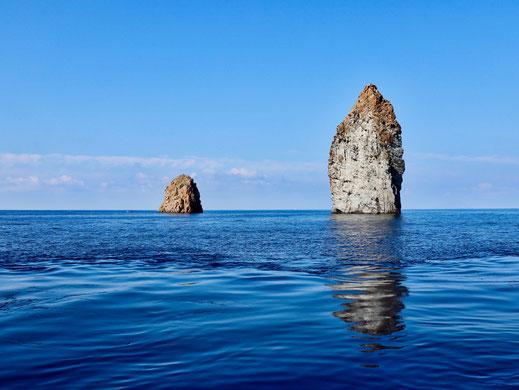 Vulkanfelsen mitten im Meer