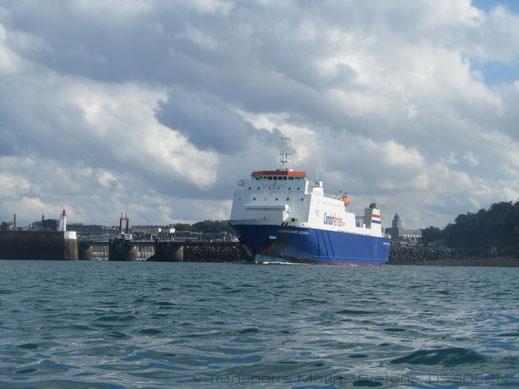 M/V Commodore Goodwill quittant le port de St-Malo, pour se diriger vers le port de Portsmouth.