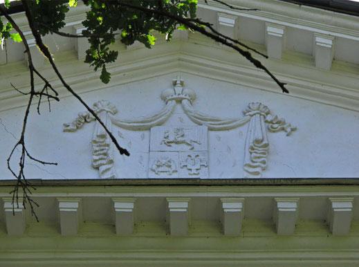 В центре фронтона над портиком главного входа в 1960-х был восстановлен герб Голицыных.