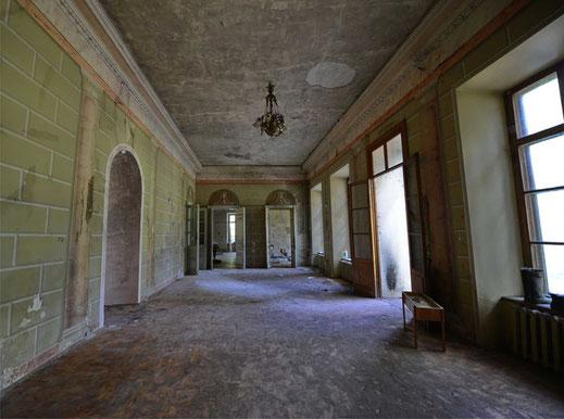 Полностью восстановлен первоначальный архитектурный облик обширного вестибюля.