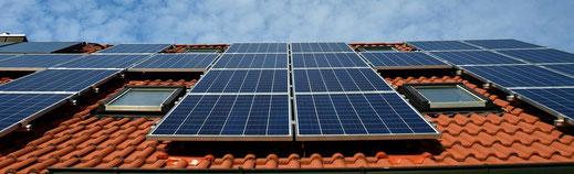Symbolbild Solaranlage auf Hausdach
