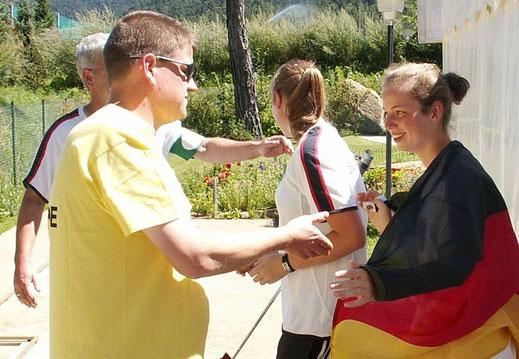 Referee Christian Somnitz gratuliert der neuen Jugend-Europameisterin Katharina Benn (GER) zum Titelgewinn in Naturns (Italien)