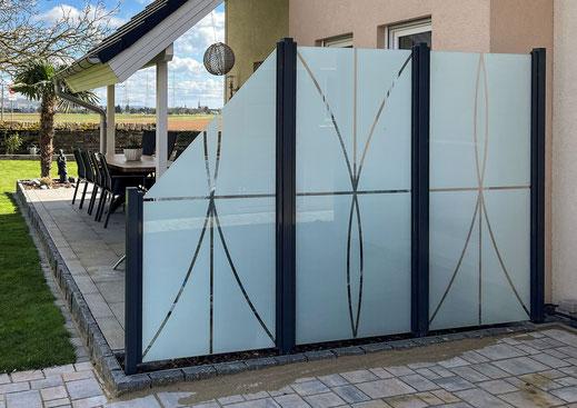 Glaszaun - Sichtschutz aus Glas satiniert mit Muster für Garten und Terrasse