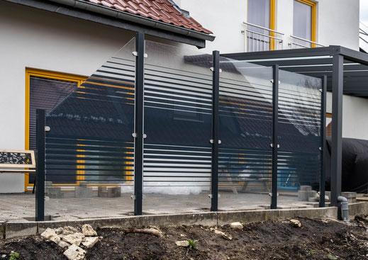 Glaszaun - Sichtschutz aus Glas satiniert mit Streifen für Garten und Terrasse