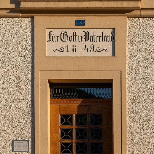 1849 wurde das Alte Schulhaus erbaut (heute Gemeindehaus). Es ersetzte das erste Schulhaus, welches am Kirchbach stand und in der Folge als Armenhaus diente. © picswiss.ch; Roland Zumbühl, Arlesheim