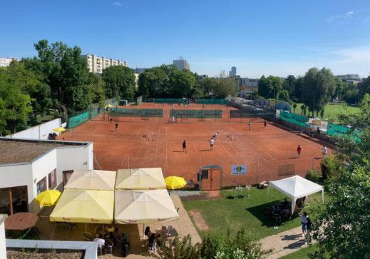 Terrasse mit Blick auf die Tennisplätze
