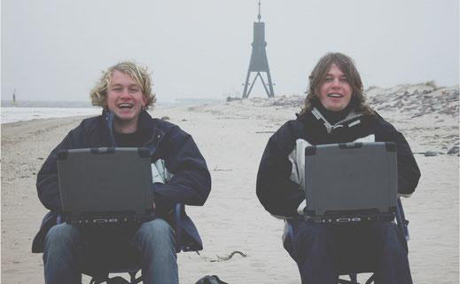 Die jungen Fridtjof Detzner und Christian Springup, Gründer Jimdo am Meer