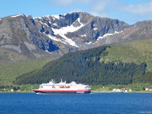 """Das Hurtigruten-Postschiff """"MS Nordkapp"""" vor der Bergkulisse der Insel Langøya"""