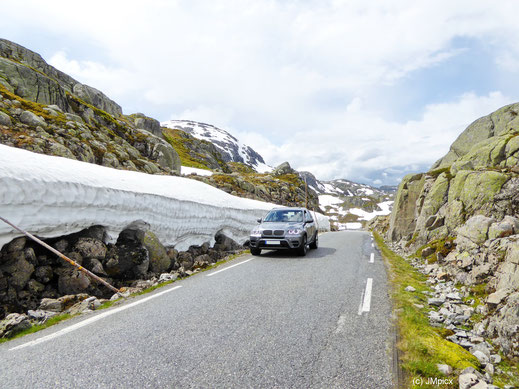 Schnee und Eis im Sommer sind auf norwegischen Bergpässen und Hochebenen normal (hier Ryfylke)