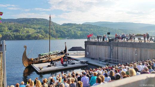 Folkloristische Live-Musik vor toller Kulisse mit Wikingerboot in Notodden