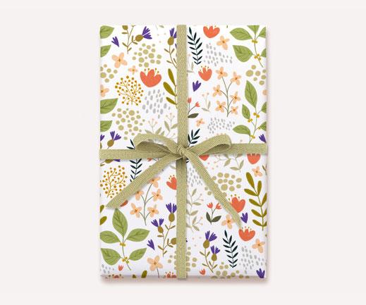 Geschenkpapier Lotta Langrock – Blumen, Hygge, Skandinavien, Rosa, Grün, Lila, Blumenwiese, Natur