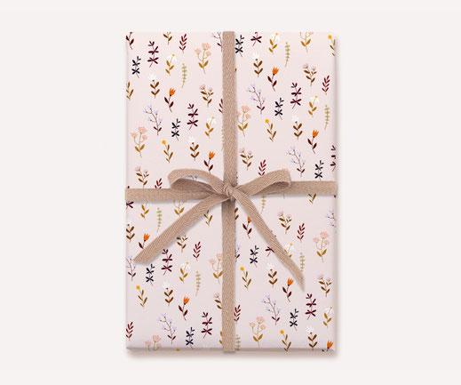 Geschenkpapier Lotta Langrock – Blumen, Hygge, Skandinavien, Rosa, Blumenwiese, Papeterie, nachhaltig