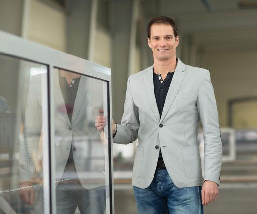 Unser Spezialist für das Thema Kunststoffscheibenauswahl ist Prokurist Michael Doujak.