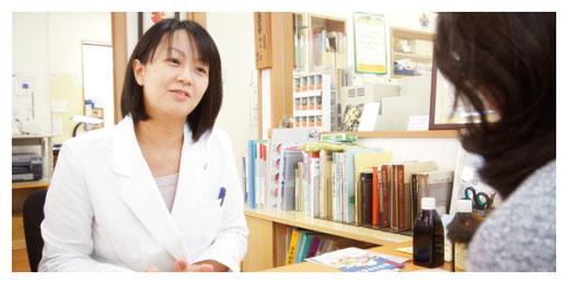 新潟市の漢方薬専門店「西山薬局」店頭相談の様子