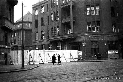 Plankenzaun zur Absperrung von Straße in Leipzig-Gohlis in der Nachkriegszeit