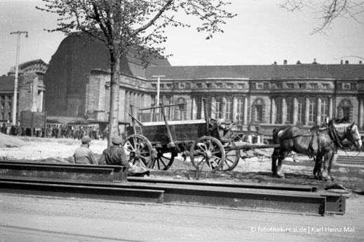 Pferdegespann und Blick auf zerstörte Westhalle des Hauptbahnhofes Leipzig