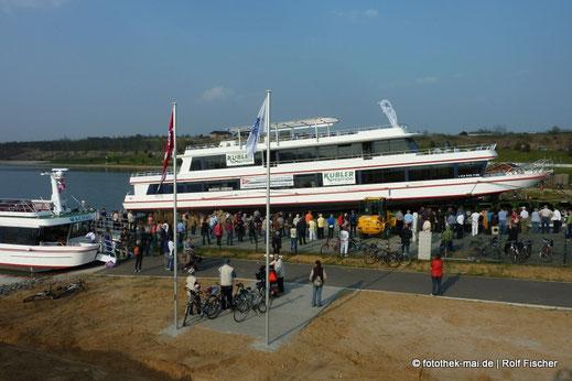 Zweites Schiff wird auf den See gebracht. Viele Zuschauer beobachten das.