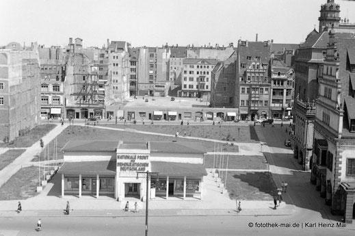 Blick zum Pavillon der Nationalen Front, rechts Altes Rathaus, beräumte Flächen, Deutrichs Hof