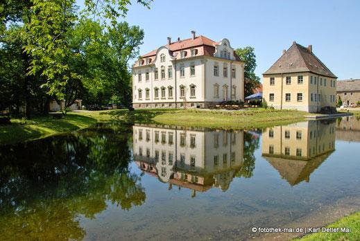 Gut Kahnsdorf mit Teich im Vordergrund und Spiegelung
