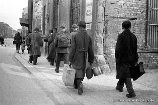 Heimkehrer von hinten  in Leipzigs Richard-Wagner-Straße, 1947