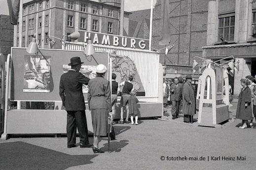 Aufsteller Hamburg mit Passanten in Leipzigs Grimmaischer Straße