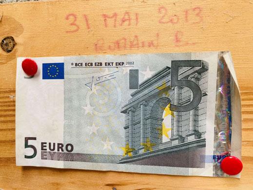 L'histoire de la brasserie. Tout commence avec un billet de 5€, aujourd'hui accroché dans l'atelier de brassage