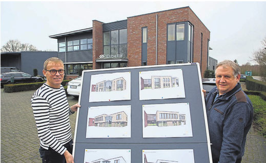 Geschäftsführer Stefan Tenbusch (links) und Finanzmanager Gerrat Homeijer zeigen Entwürfe, wie der Dibella-Neubau, der rechts neben dem bestehenden Gebäude entstehen soll, einmal aussehen könnte.