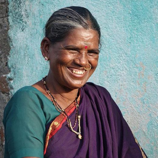 Die von Dibella gegründete GoodTextiles Stiftung setzt sich für     die     Verbesserung     der     Lebensbedingungen     von     ökologisch wirtschaftenden Baumwoll-Kleinstbauern in Indien ein.