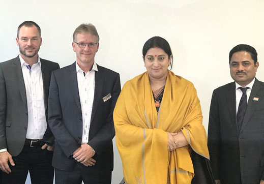 Frank  Neumann und Ralf  Hellmann  treffen  die  indische  Textilministerin Smriti Irani und Teilnehmer ihrer Delegation(v.l.n.r.)