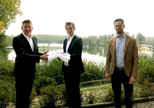 Ein gemeinsamer Schritt in Richtung Nachhaltigkeit: Sebastian Prang, Best Western Premier Seehotel Krautkrämer, Moritz Wildschütz, Wäscherei Sicking und Christian Wurm von Dibella (von links).
