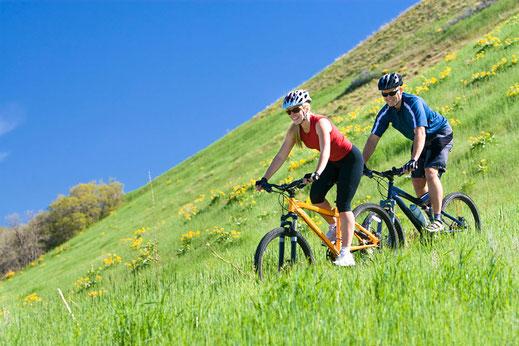 Biker fahren am dem Campingplatz in Bad Feilnbach