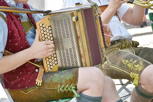 Bayerische Musik im Biergarten Kaiser Camping in Bad Feilnbach