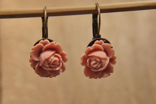 Kurzer Ohrhänger aus ANtikmessing mit Rose in Altrosa
