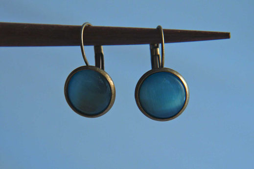 Ohrhänger in Antikmessing und blauem Stein an einem Holzstäbchen
