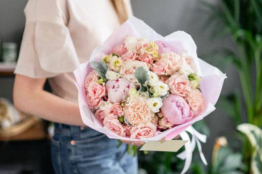 Bouquet lié de fleurs roses à livrer sur Rodez