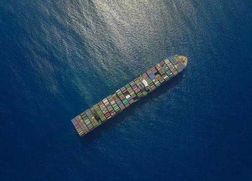 Containerschiff aus der Luft von einer Drohne aus