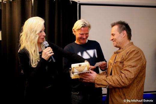 Claudia C. Zierke und Sascha Schalk überreichen Frank Weber, Leiter des Franziskus Tierheim die Spenden  (Modenschau 10.10.19)