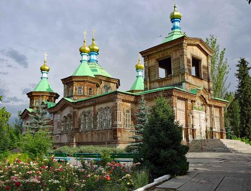 und die aus Holz erbaute orthodoxe Kirche