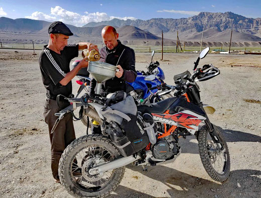 Typische Tankstelle im Pamirgebirge