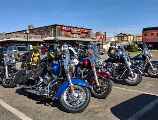 Motoglobe_Motorradreisen. Die Harely Motorräder stehen auf einem Parkplatz vor dem alten Brook Shaw's Old Country Store, in der Ortschaft Jackson.