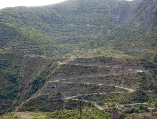 Über diese 7 km lange Serpentinen-Schotterstrasse geht es zum Kloster